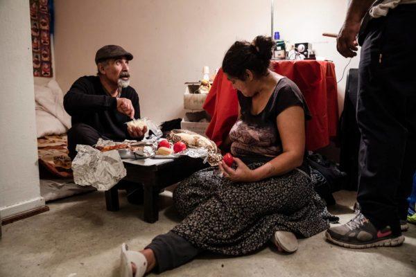 Kun huoneen lattia on pesty, Georgel ja Maria Borcoi asettuvat illalliselle. Pariskunnan seitsemästä lapsesta kuusi on Romaniassa, samoin viisitoista lastenlasta. Kotimaahan puhutaan Skypen kautta joka ilta.