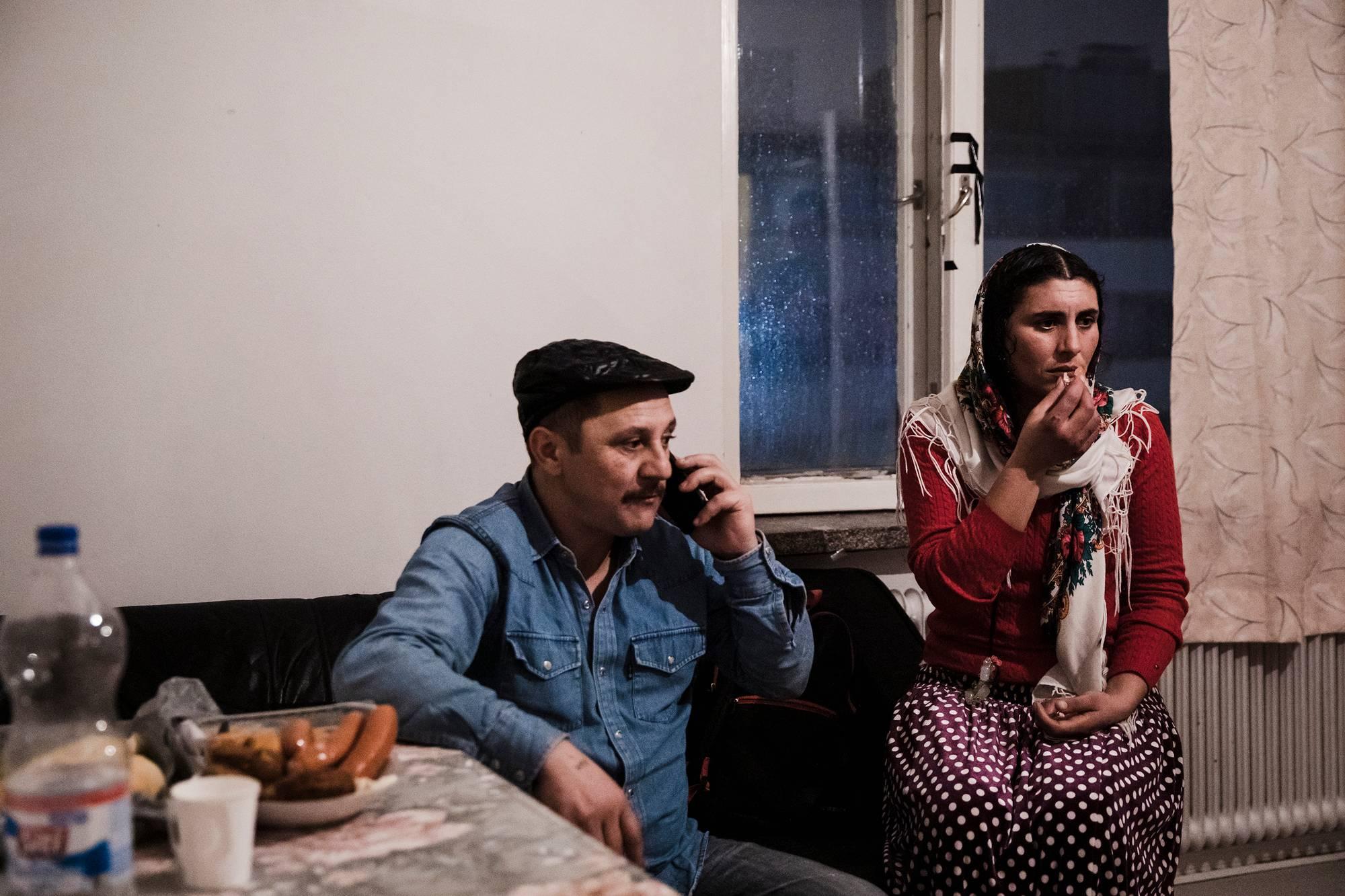 Nicoláe Cantaragiun puhuu puhelimessa Luminita Munteanun veljen kanssa. Munteanu on kattanut kylmän illallisen, sillä mikrot eivät ole käytössä; edellisellä viikolla yksi niistä aiheutti palohälytyksen. Pariskunnan 18-vuotias esikoispoika huolehtii kahdesta nuoremmasta lapsesta Romaniassa.