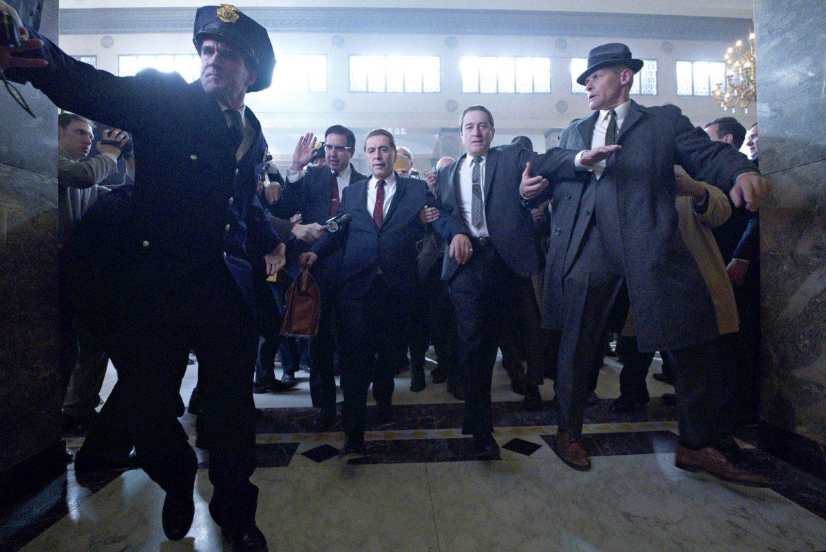 Keskellä Ray Ramano, Al Pacino, ja Robert De Niro nuorennettuina elokuvassa The Irishman.