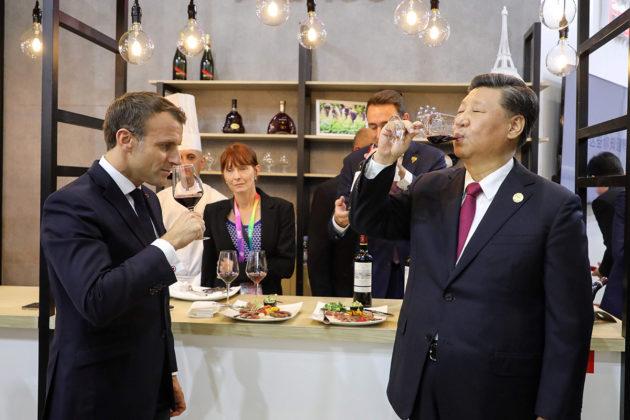 Ranskan presidentti Emmanuel Macron (vas.) tunnetaan viinin ystävänä. Macron maisteli viiniä Kiinan presidentin Xi Jinpingin kanssa Kiinan-vierailullaan 5. marraskuuta 2019.