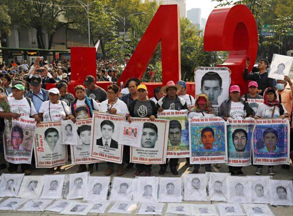 Ayotzinapan opettajakoulusta kadonneiden 43 opiskelijan omaiset kantoivat kadonneiden kuvia Méxicossa 26. syyskuuta. Opiskelijoiden katoamisesta tuli tuolloin kulunueeksi viisi vuotta.