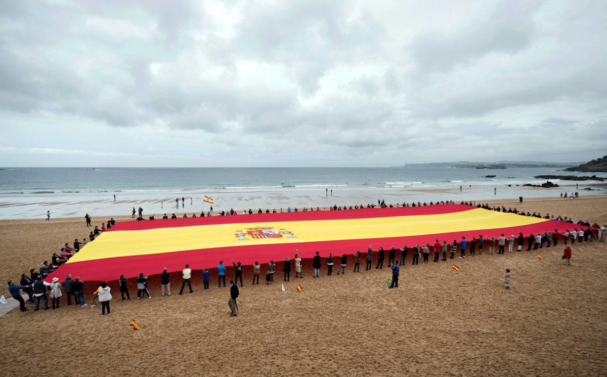 Äärioikeistolaisen Voxin kannattajat levittivät jättimäisen Espanjan lipun puolueen vaalitilaisuudessa.