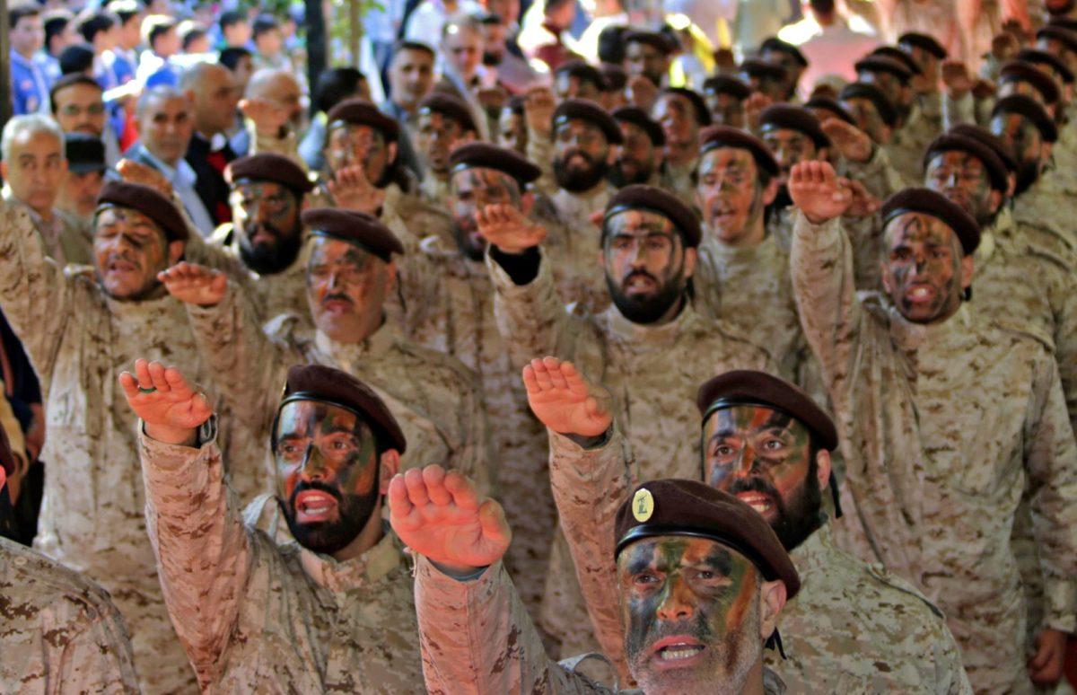 Hizbollah-miehet osallistuivat sotilasparaatiin Baalbekin kaupungissa Libanonissa 12. marraskuuta.