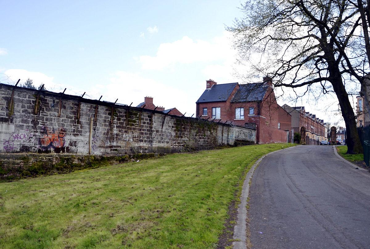 Belfastissa sijaitseva rauhanmuuri, jota käytettiin erottamaan protestanttiset ja katoliset naapurustot toisistaan.