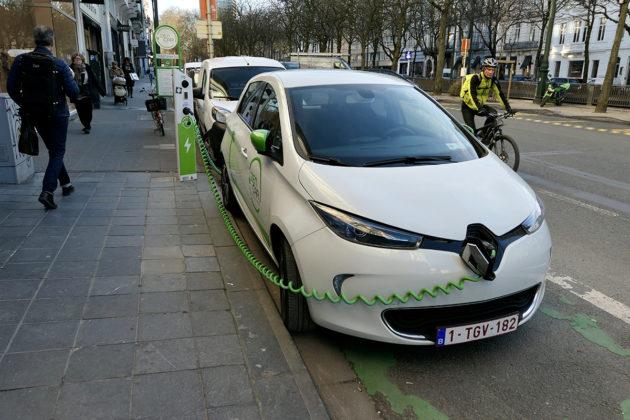 Sähköautojen latausasema Brysselin keskustassa.
