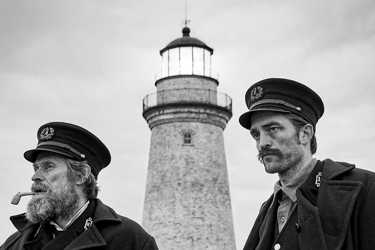 Robert Pattinson ja Willem Dafoe elokuvassa The Lighthouse.