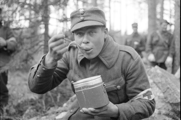 Lääkintämies aamiaisella Karjalan kannaksellaa ylimääräisten harjoitusten aikana syksyllä 1939. Laajat kertausharjoitukset aloitettiin lokakuussa, ja Neuvostoliitto hyökkäsi Suomeen 30. marraskuuta.