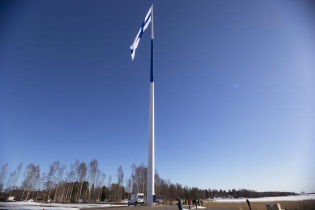 Suomen lipun nostamista 100-metriseen tankoon kokeiltiin Haminassa 1. huhtikuuta 2019.