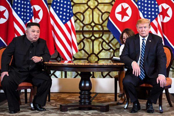 Kim Jong-un ja Donald Trump tuloksettomaksi jääneessä huippukokouksessa Hanoissa 2018.