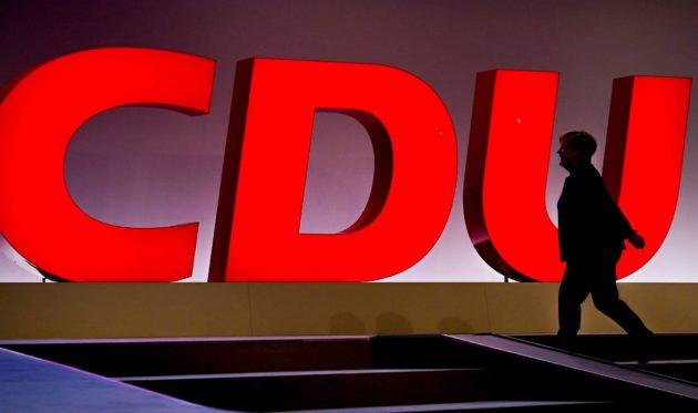 Angela Merkel johtaa Saksaa mutta ei enää kristillisdemokraattista puoluetta CDU:ta.