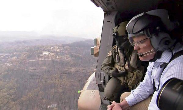 Australian pääministeri Scott Morrison tutustui palovahinkoihin helikopterilennolla 23. joulukuuta.