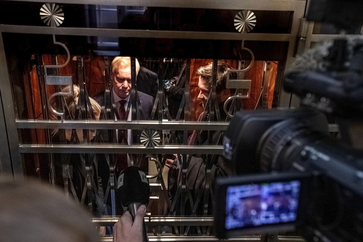 Sdp:n ryhmäkokouksen jälkeen pääministeri Antti Rinne käveli hissiin kuvaajien saattelemana. Suuntana oli Mäntyniemi, jonne Rinne meni tapaamaan tasavallan presidentti Sauli Niinistöä ja jättämään eronpyynnön.