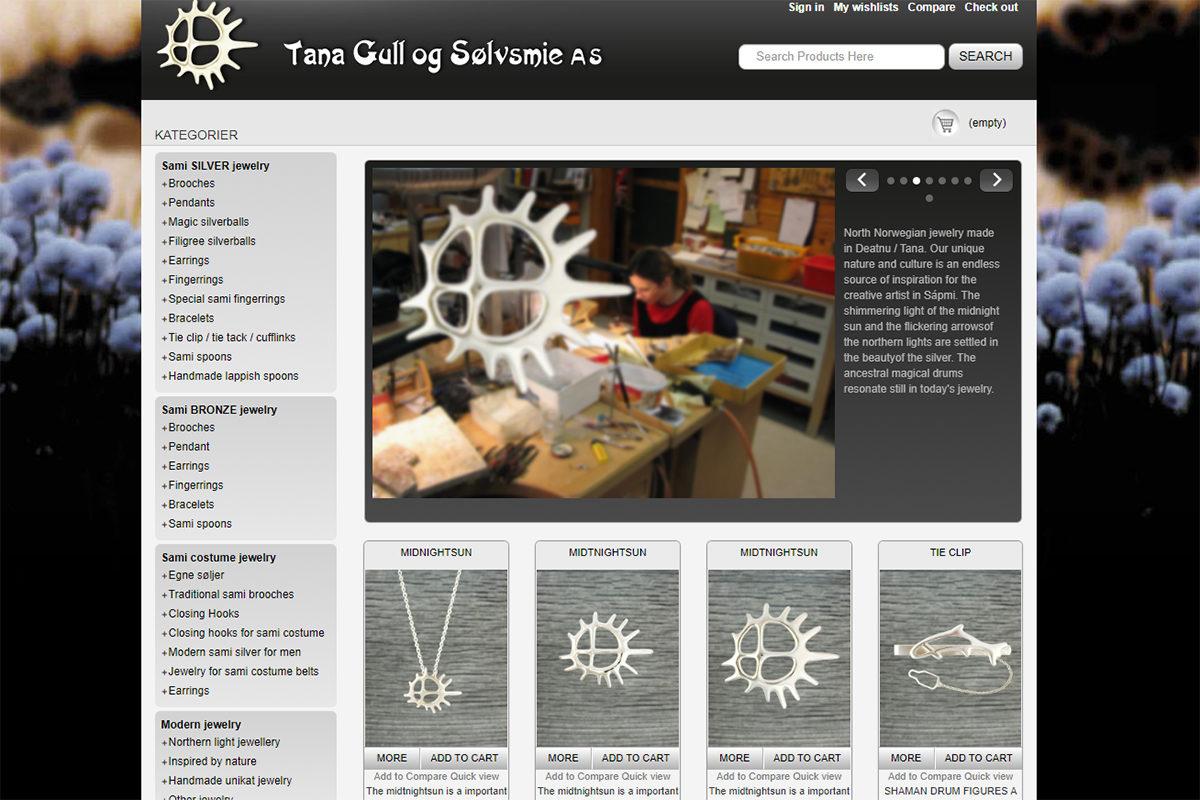 Ruutukaappaus Tana Gull og Sølvsmie -yrityksen verkkosivuilta, missä aurinkosymboli näkyy sekä yrityksen merkkinä että tuotteissa.