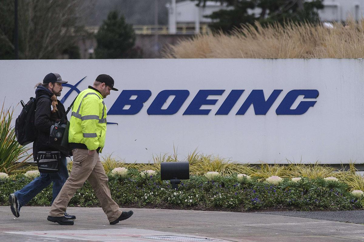 Työntekijöitä Boeingin 737 MAX -koneita valmistavalla tehtaalla Rentonissa Yhdysvalloissa 16. joulukuuta 2019.