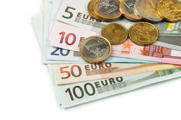 Euroseteleitä ja -kolikoita.