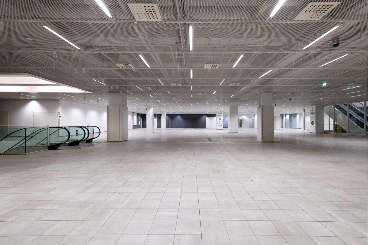 Kodin Ykkösen entinen myymälätila Helsingin Kaisaniemessä on edelleen tyhjillään.