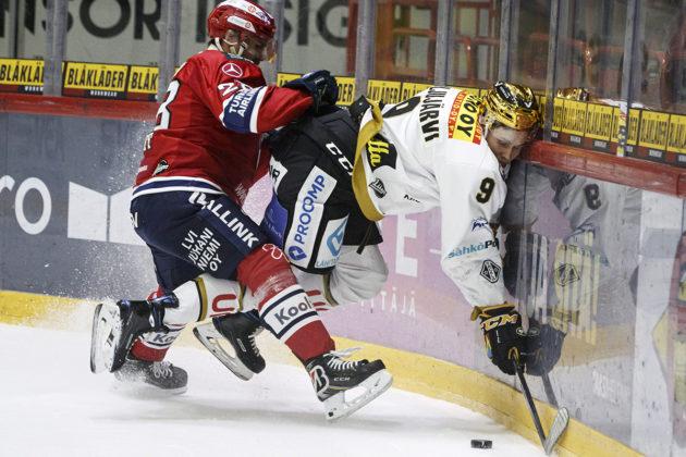 HIFK:n Rony Ahonen taklaa Kärppien Jesse Puljujärveä HIFK–Kärpät-ottelussa Helsingissä 29. marraskuuta 2019.