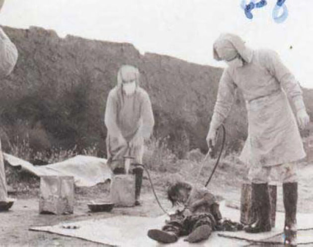 Marraskuulle 1940 päivätyn valokuvan uskotaan kuvaavan Japanin Yksikkö 731:n sodanaikaisia tautikokeiluita Kiinan Jilinin maakunnassa.