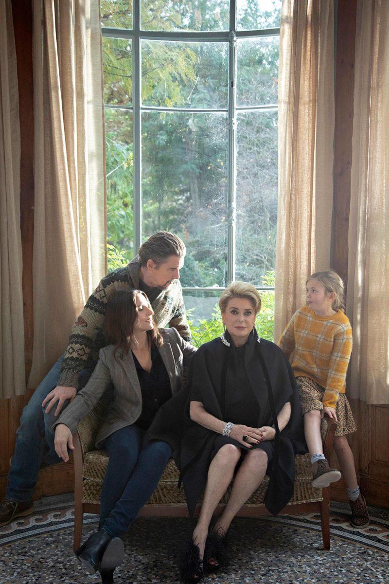 Catherine Deneuve (toinen oikealta) on Fabienne.