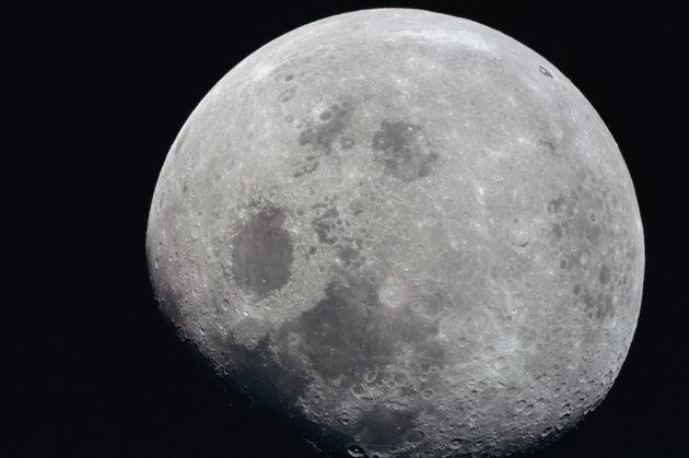 Nasan Apollo 8 -aluksesta vuonna 1968 otetussa valokuvassa Mare Crisium näkyy tummana läiskänä keskellä.