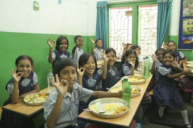 Vuonna 2019 Kalkutan slummikoulun oppilaille lounas oli päivän odotetuin hetki.