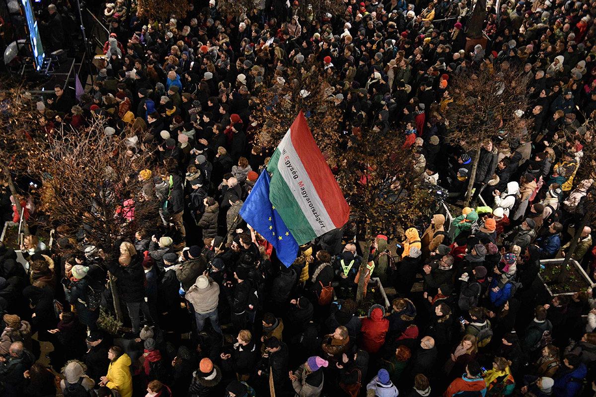 Mielenosoittajat vastustivat pääministeri Viktor Orbánin kulttuuripolitiikkaa Budapestissä 9. joulukuuta 2019.