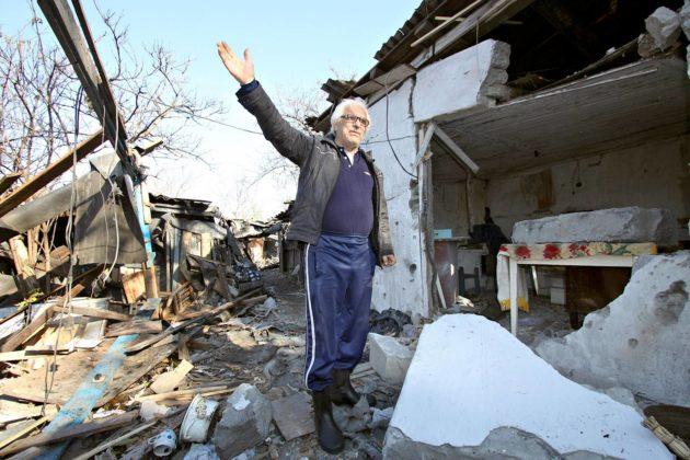 Ukrainalaismiehen koti vaurioitui yöllisessä tulituksessa Donetskin alueella 6. marraskuuta 2019.