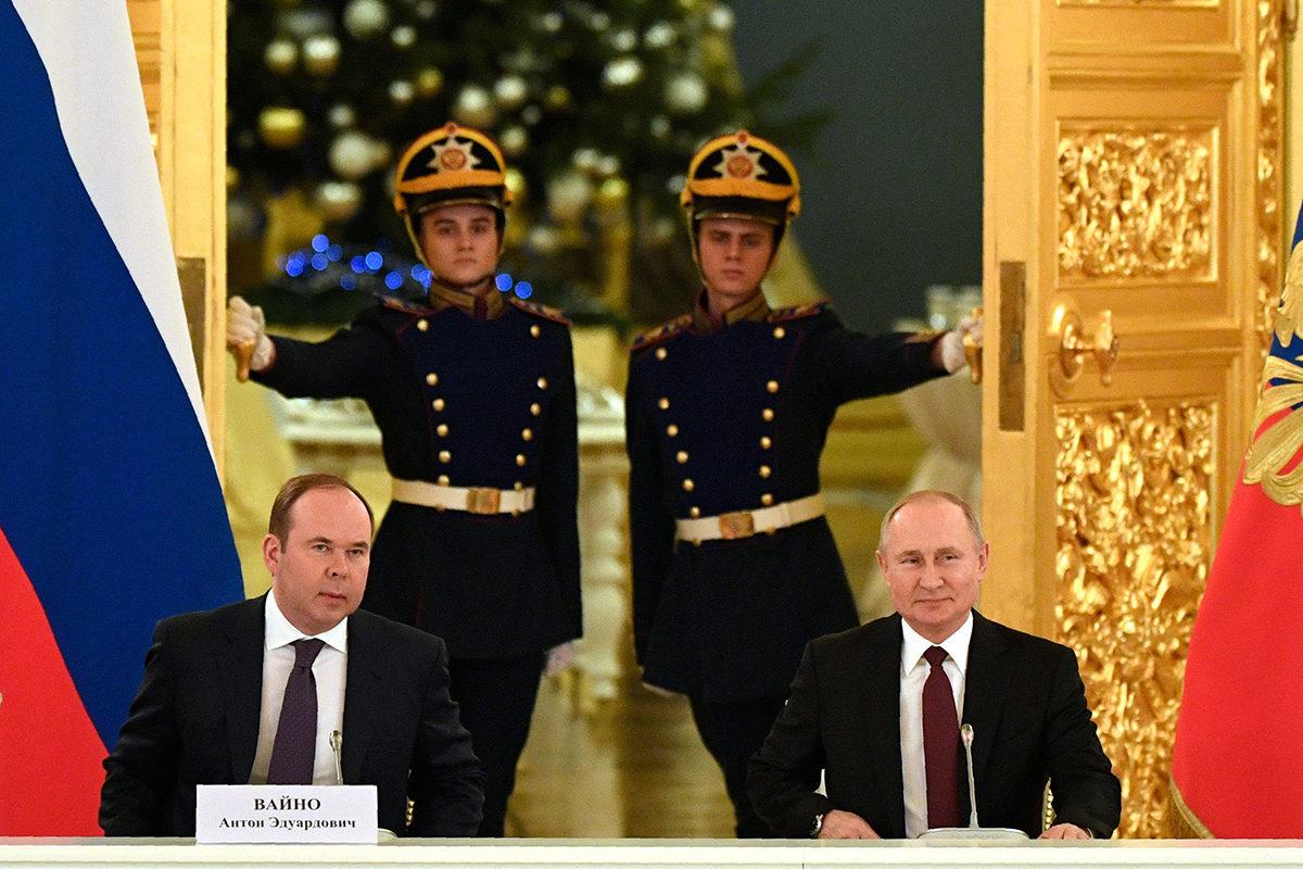 Presidentti Vladimi Putin (oik.) ja presidentinhallinnon päällikkö Anton Vaino Kremlissä 25. joulukuuta 2019.