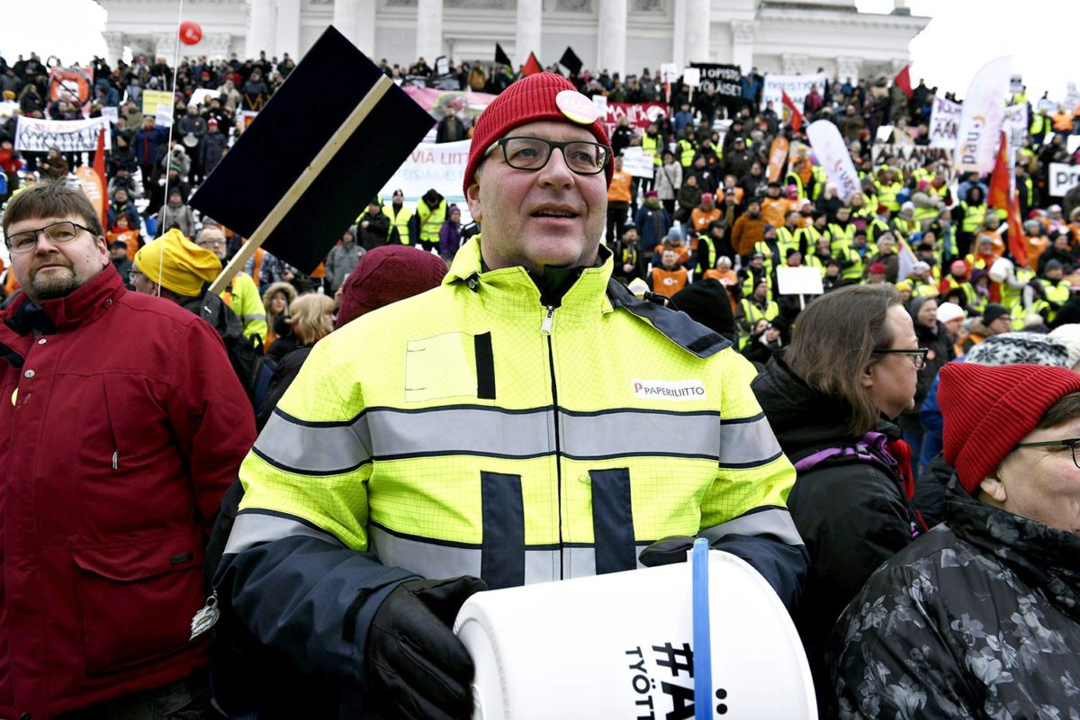 Paperiliitto on uhannut tammikuun lopussa alkavalla lakolla. Paperiliiton puheenjohtaja Petri Vanhala vastusti aktiivimallia mielenilmauksessa 2. helmikuuta 2018.
