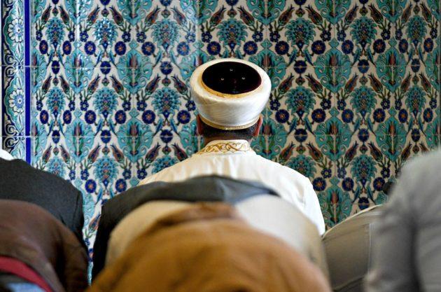 Imaami rukoilee moskeijassa Hampurissa.