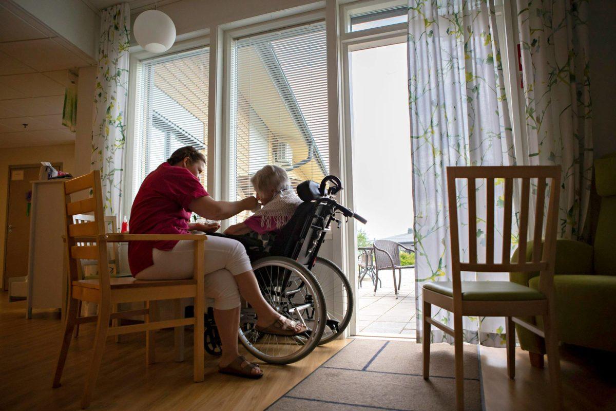 Ikääntyvä väestö tarvitsee 15000 hoitajaa lisää vuoteen2030 mennessä.