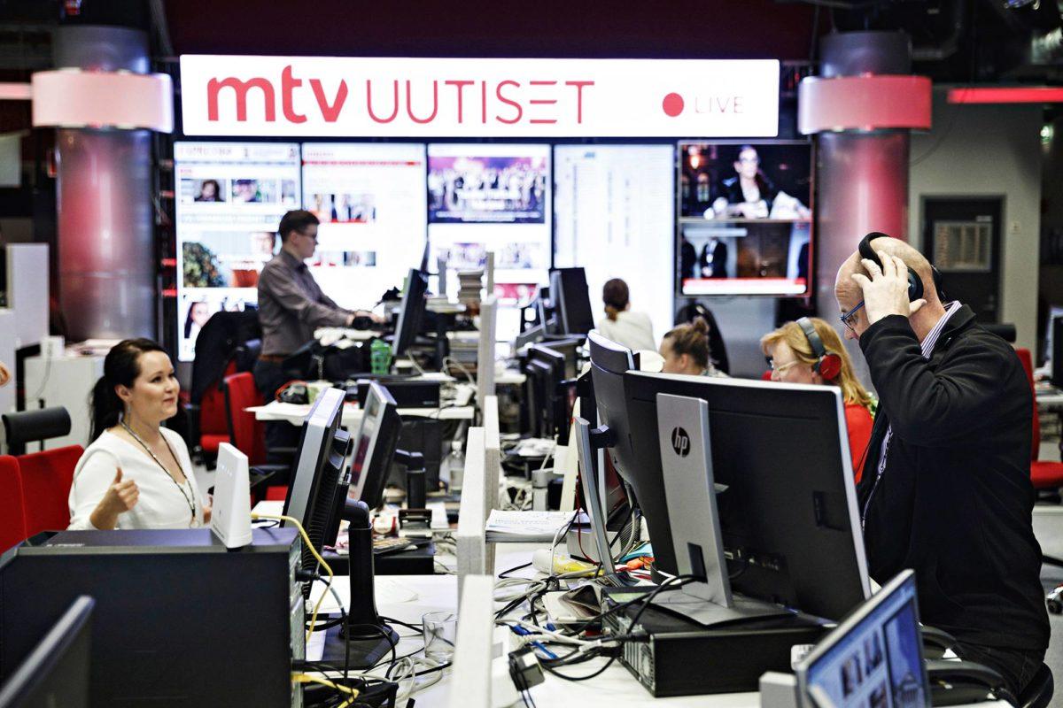 MTV:n uutishuoneessa Helsingissä totutellaan uuteen omistajaan. Yrityskaupassa MTV siirtyi Bonnierilta Telian omistukseen.
