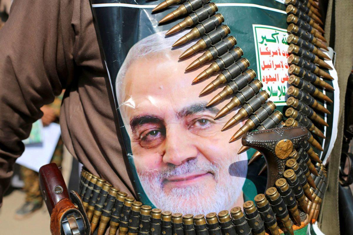 Huthijoukkojen asemies oli kiinnittänyt Yhdysvaltain salamurhaaman iranilaiskenraalin Qassim Suleimanin kuvan panosvyöhönsä mielenosoituksessa Jemenin Saadassa 6. tammikuuta.