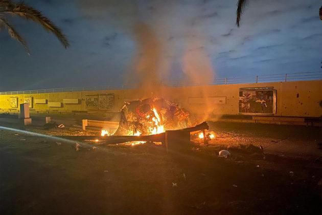 Tulessa oleva ajoneuvo Bagdadin lentokenttätiellä. Kuvan julkaisi Irakin armeija Facebook-sivuillaan 3. tammikuuta 2020.