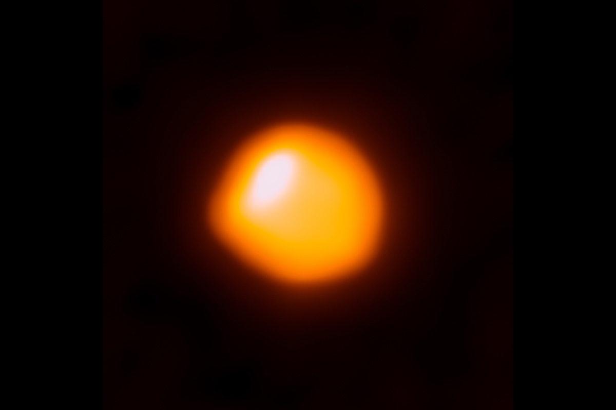 Betelgeuse Alma-antenijärjestelmän kuvaamana oranssina läiskänä.