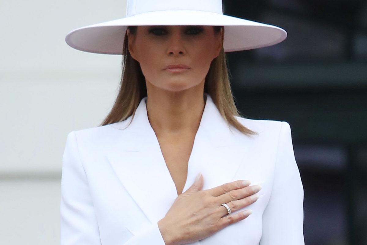 Melania Trump ja mittatilaustyönä teetetty hattu, kun presidentti Emmanuel Macron oli valtiovierailulla huhtikuussa 2018.