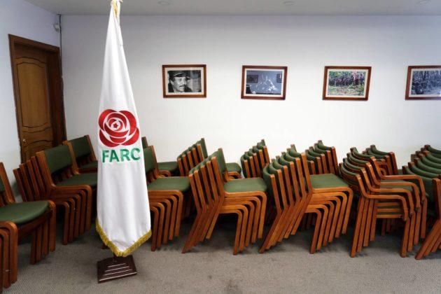 Farcin tunnus, punainen ruusu, näkyi lipussa puolueen päämajassa Bogotássa.