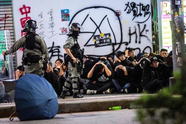 Poliisi pidätti mielenosoittajia Hongkongissa 1. tammikuuta 2020.
