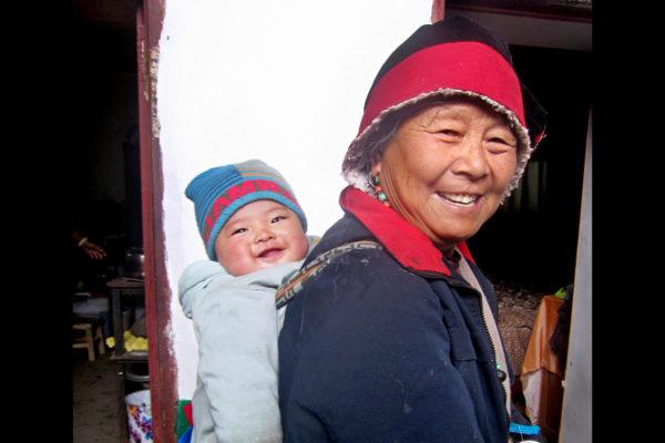 Isoäiti ja lapsenlapsi. Geshizoilla on tapana kantaa lapsia selässään.