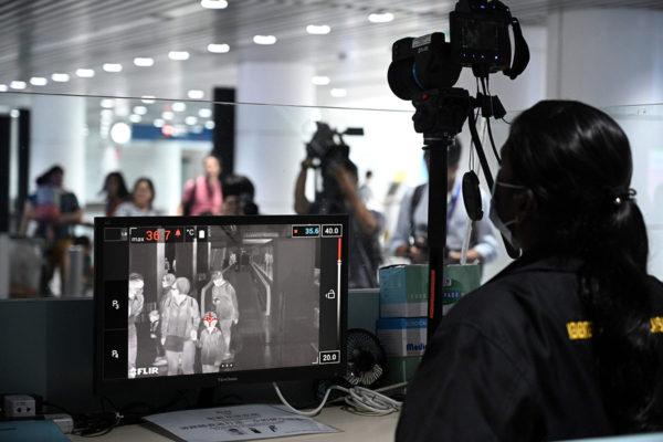 Malesialainen terveysviranomainen tarkasti saapuvia matkustajia lämpökameralla Kuala Lumpurin kansainvälisellä lentoasemalla Sepangissa 21. tammikuuta. Koronavirus on tappanut useita ihmisiä Kiinassa.