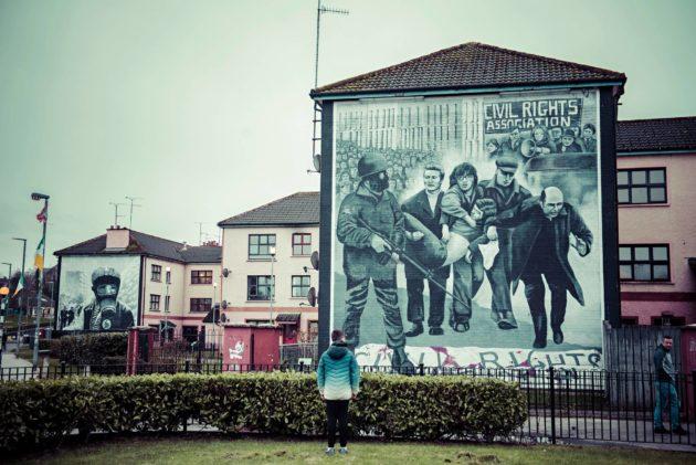 Tammikuun 1972 verisunnuntaita kuvaava seinämaalaus Derryn kaupungissa. Britannian armeijan sotilaat ampuivat aseettomia mielenosoittajia.