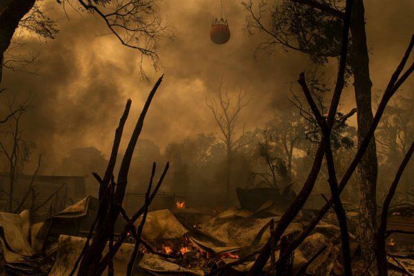 Helikopteri lennätti sammutusvettä Balmoralin kylän yläpuolella, Sydneystä lounaaseen. Kymmenettuhannet ihmiset ovat joutuneet jättämään kotinsa Uuden Etelä-Walesin ja Victorian osavaltioissa. Maastopaloja esiintyy Australiassa vuosittain, mutta nyt tilanne on ennennäkemättömän paha. Palojen ennustetaan lisääntyvän entisestään tulevaisuudessa.