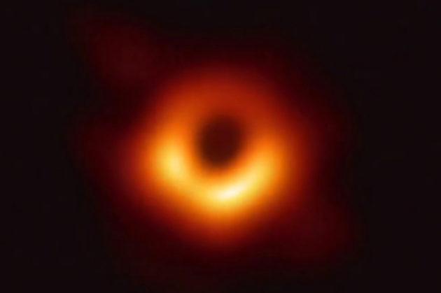 Kuva 53 miljoonan valovuoden päässä maapallosta. Supermassiivinen musta aukko tunnetaan nimellä M87.