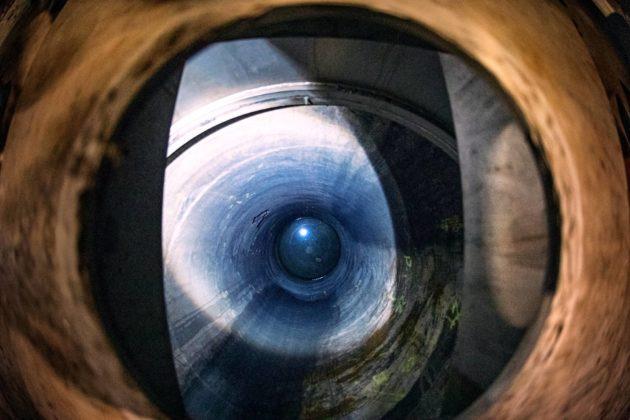 Käytetyt uraanisauvat sijoitetaan Onkaloon. Sinetöidyt kuparilieriöt upotetaan kaivoihin ja kannet suljetaan.