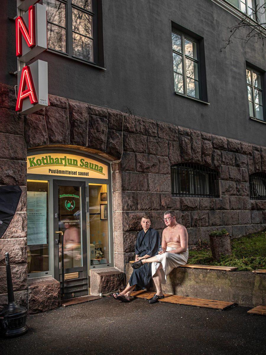 Oula Silvennoinen ja Mikko Vesa vilvoittelevat Kotiharjun Saunan edustalla Helsingin Kalliossa. Saunassa Silvennoinen rentoutuu. Siellä ei puhuta politiikkaa, ainakaan vakavasti.