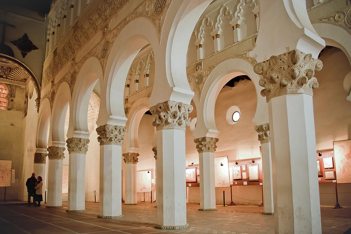 Toledon Santa María la Blanca rakennettiin alun perin synagogaksi 1100-luvun lopulla. Nykyisin rakennus on katolisen kirkon omistuksessa.