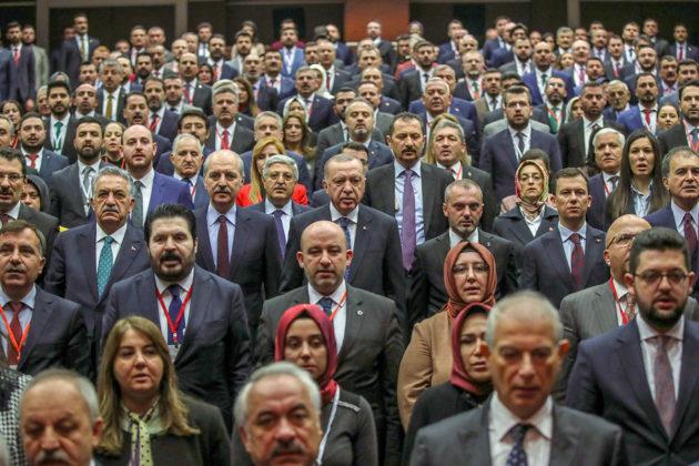 Turkin presidentti Recep Tayyip Erdoğan puoluetoveriensa keskellä Ankarassa 26. joulukuuta 2019.