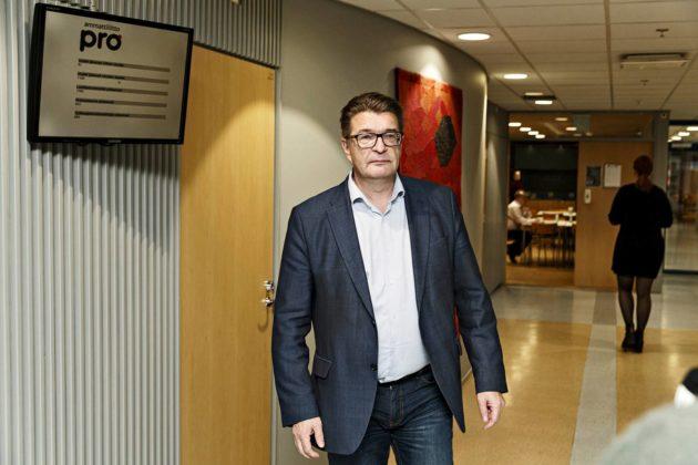 """Ammattiliitto Pron puheenjohtaja Jorma Malinen poistui Pron hallituksen kokouksesta Helsingissä 10. helmikuuta. Malinen kuvaili työehtoratkaisua """"laihaksi sovuksi""""."""