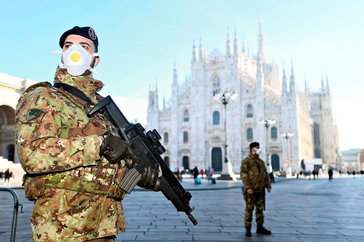 Italialaiset sotilaat vartioivat epidemian takia suljetun Milanon tuomiokirkon edustalla.