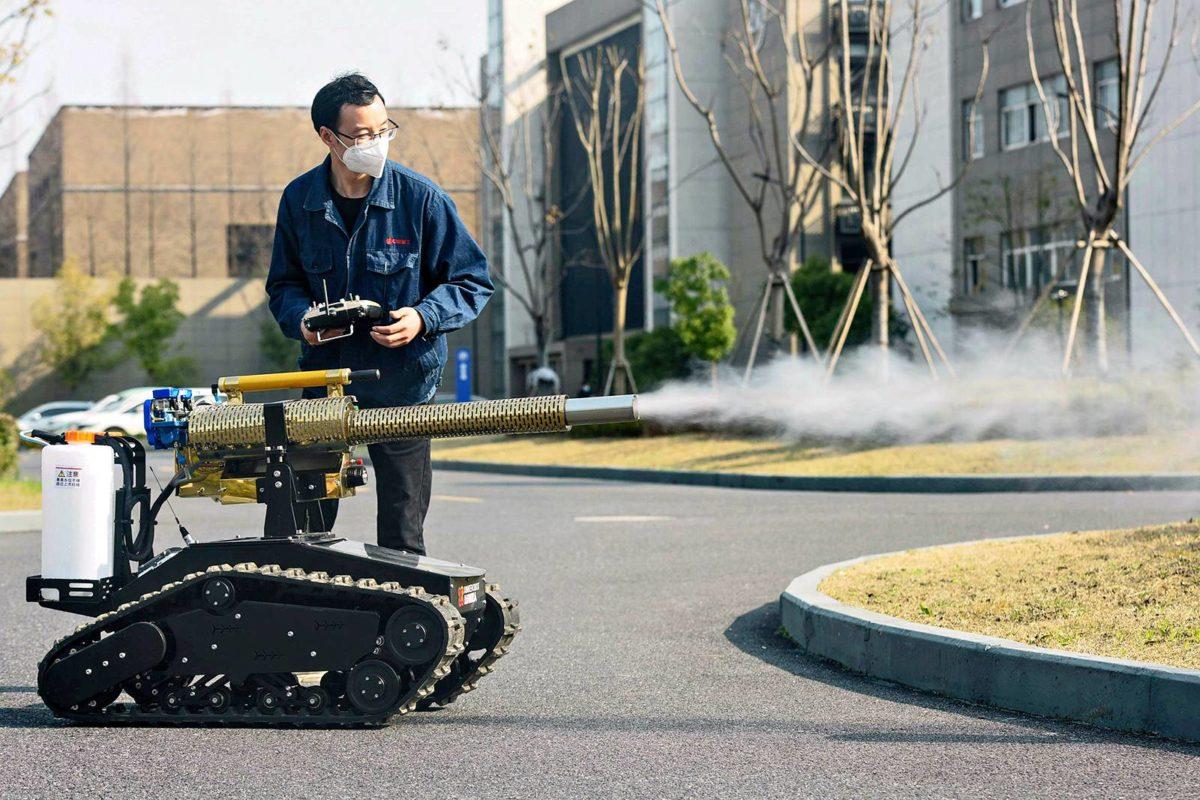 Robotti desinfioi katuja Hangzhoussa Kiinassa 25. helmikuuta.